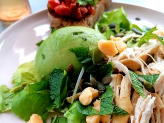 kipfilet en avocado salade